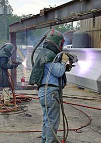 Рисунок 4: Нанесение металлических защитных покрытий на детали металлоконструкций методом электродуговой металлизации