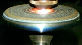 Клапан двигателя внутреннего сгорания во время наплавки